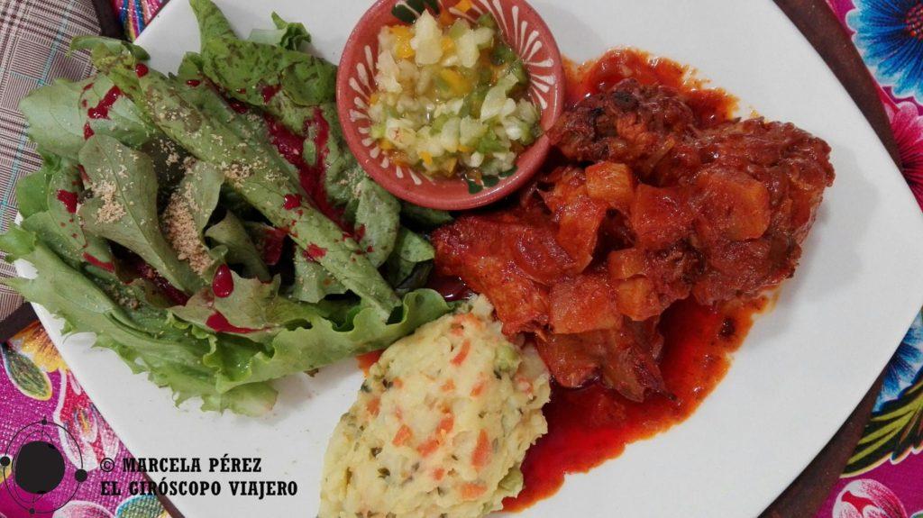El cochito con guarnición de puré de papa horneado y lechuga orgánica con aderezo de jamaica en Zandunga es plato ¡para chuparse los dedos!