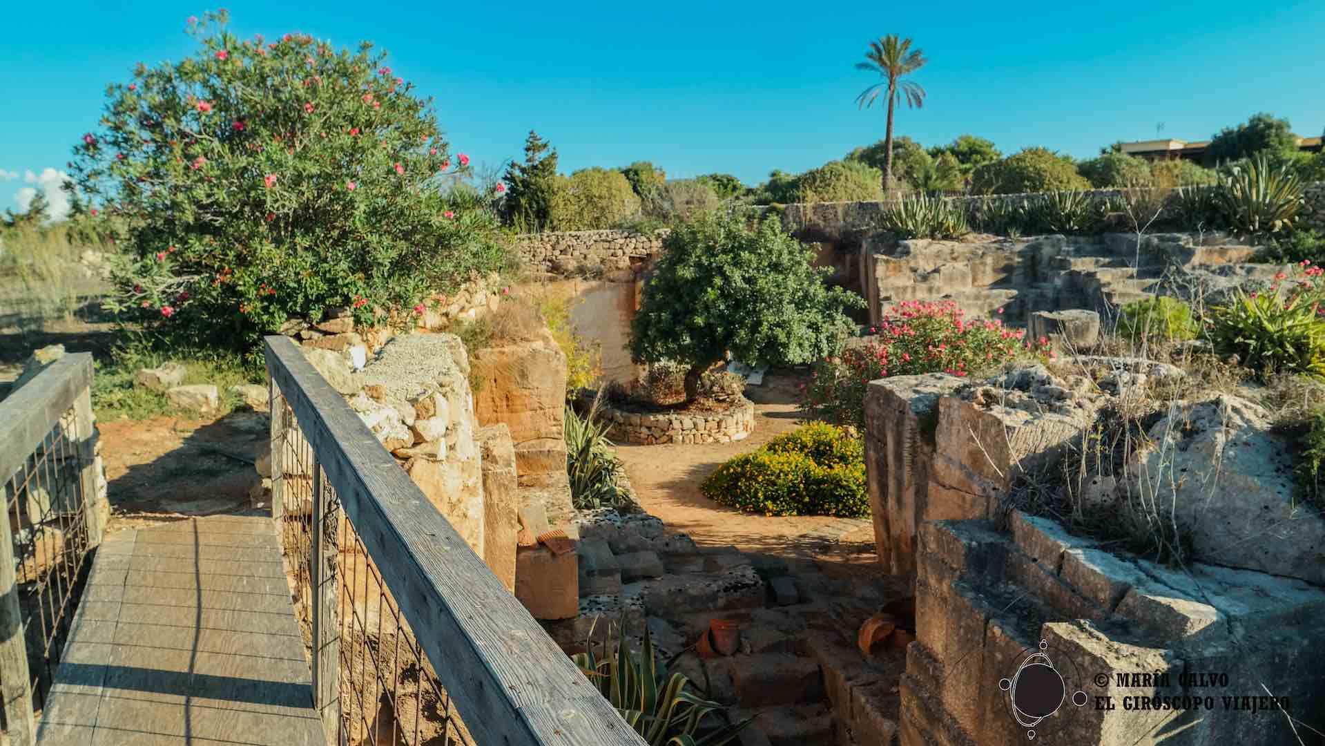 Atravesando puentes sobre esta cantera de toba y jardines hipogeos al aire libre