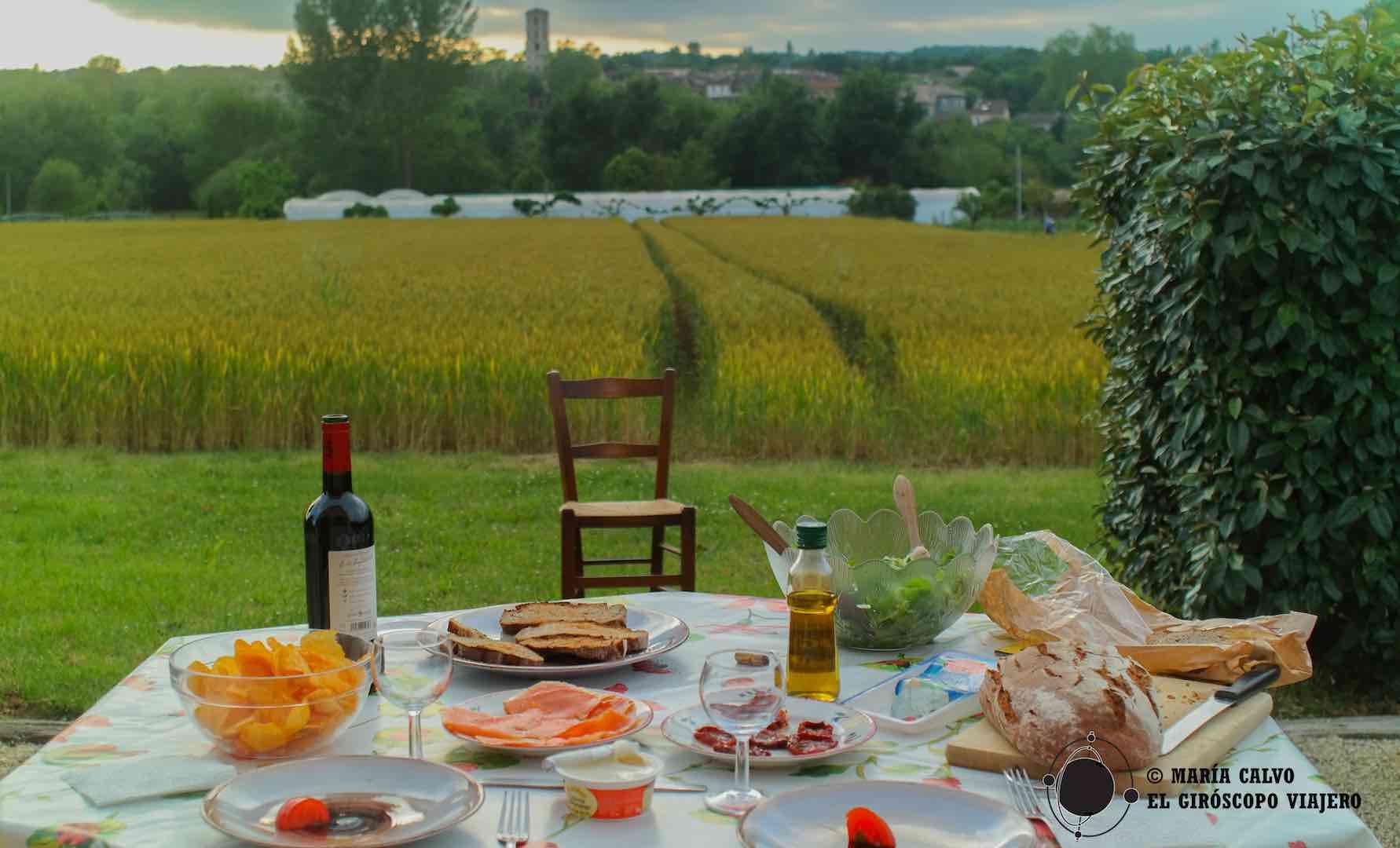 Cena de atardecer en la terraza de nuestro palomar, productos locale y vistas a los campos de cereal y el pueblo de Larrazet