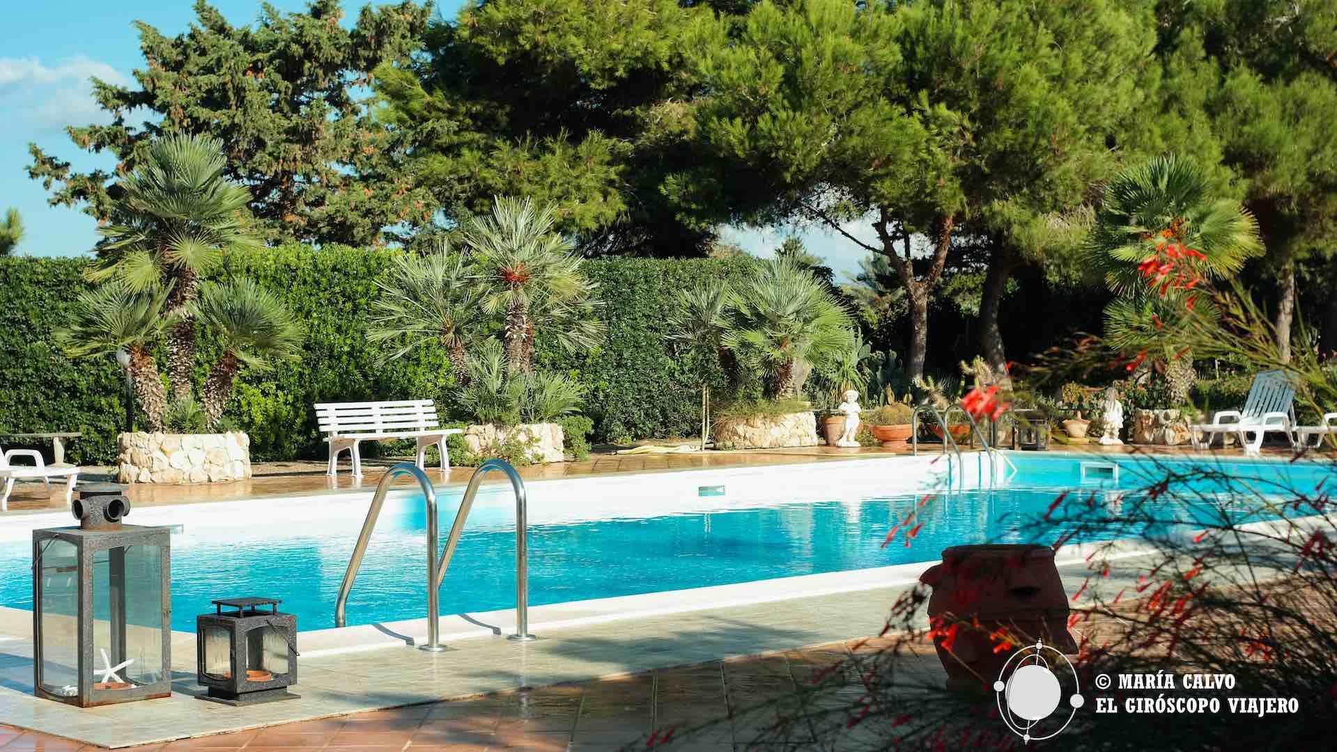 La piscina del alojamiento, al lado de donde empieza el Jardín de lo Imposible