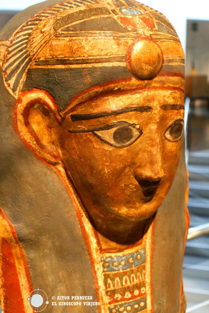 Sarcófago egipcio ricamente decorado