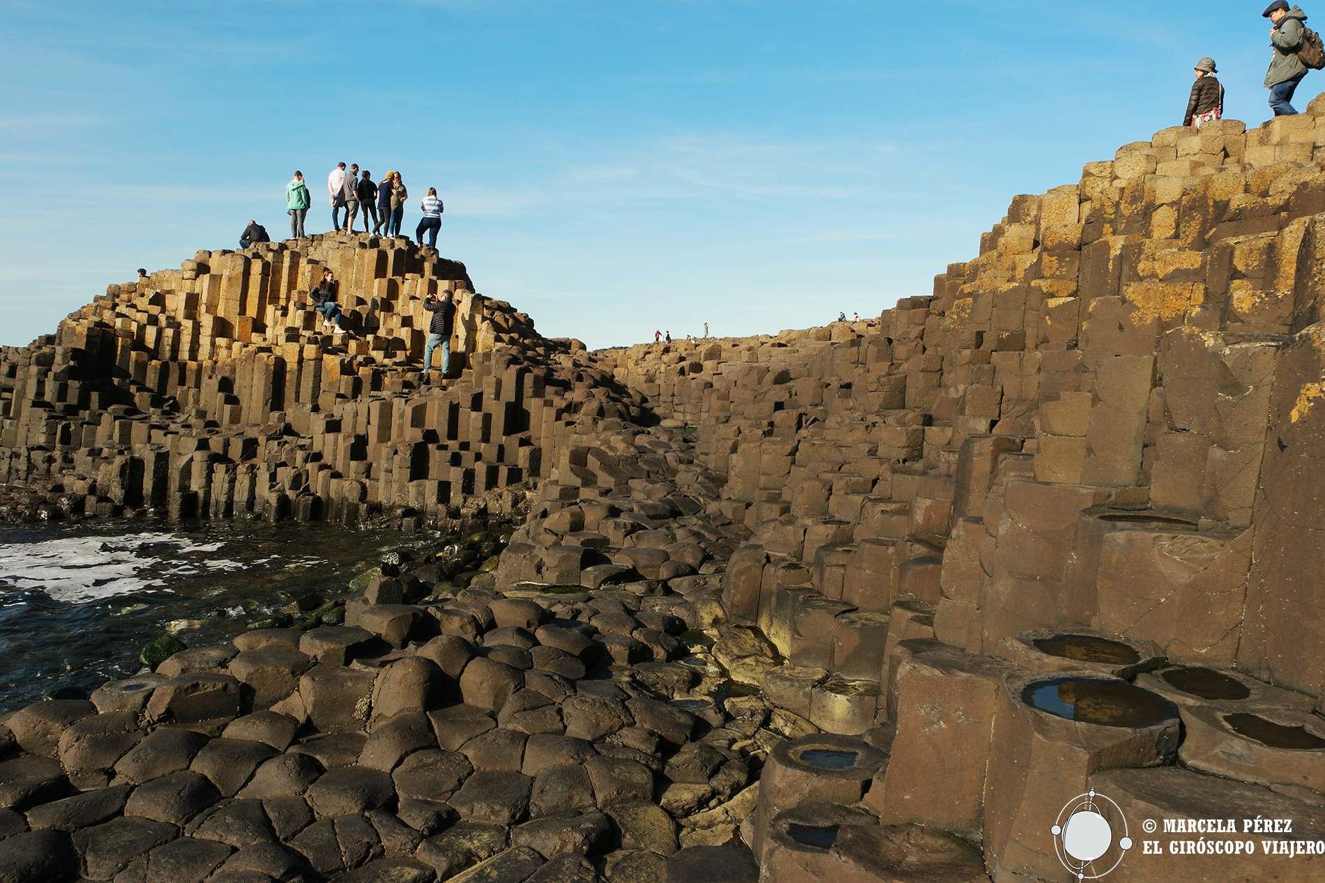 La belleza de la Calzada de los gigantes en todo su esplendor con la variedad de formas y tamaños de sus primas basálticos reluciendo al sol