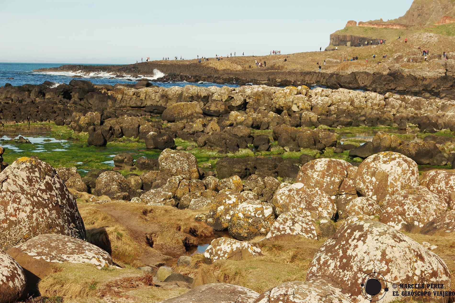 Piedras conocidas como cebollas por la semejanza y al fondo la Calzada ya tiene en su lomo a turistas curiosos