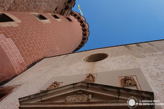 Torre del castillo y entrada a la iglesia