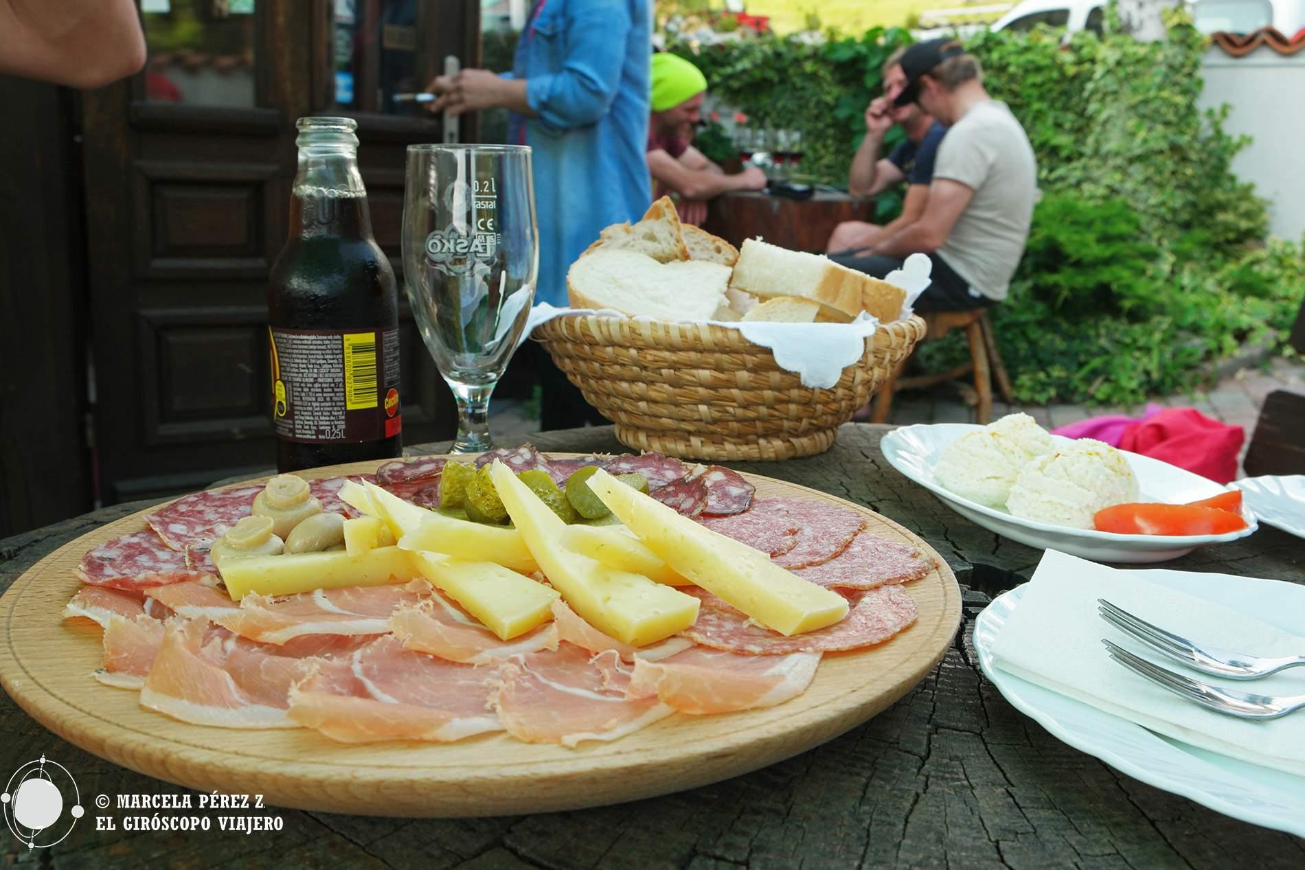 Descanso de la montaña con cerveza, quesos y embutidos eslovenos