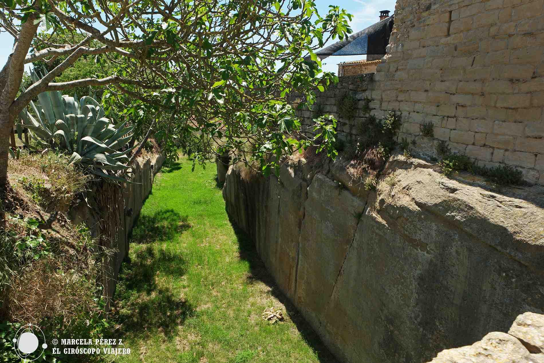 Foso excavado junto a las murallas de Peratallada