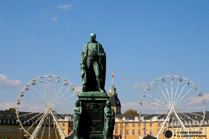 La estatua de con el palacio al fondo