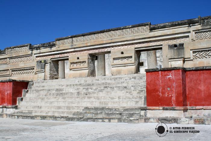 Palacio con grecas en Mitla
