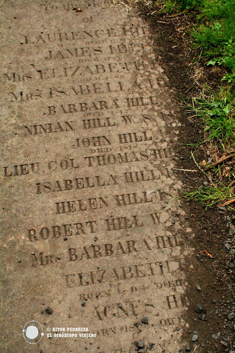 Tumbas semienterradas en los cementerios de Edimburgo