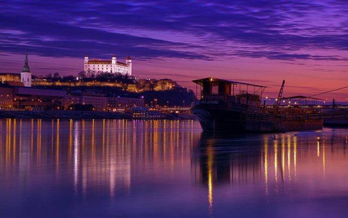 Bratislava, capital de Eslovaquia de noche