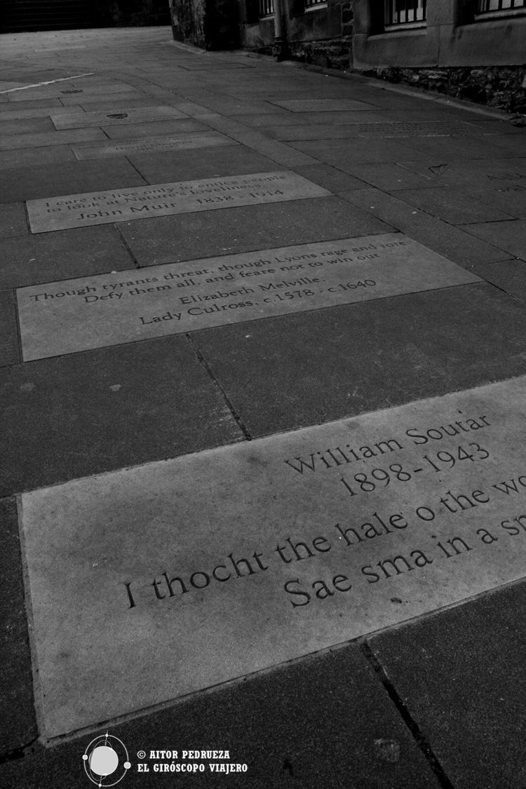 Frases de escritores frente al Museo de los escritores de Edimburgo