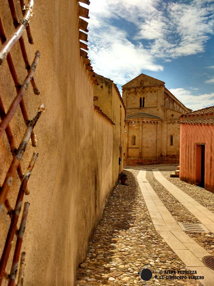 Iglesia románica de Tratalias desde la cale de los talleres artesanos