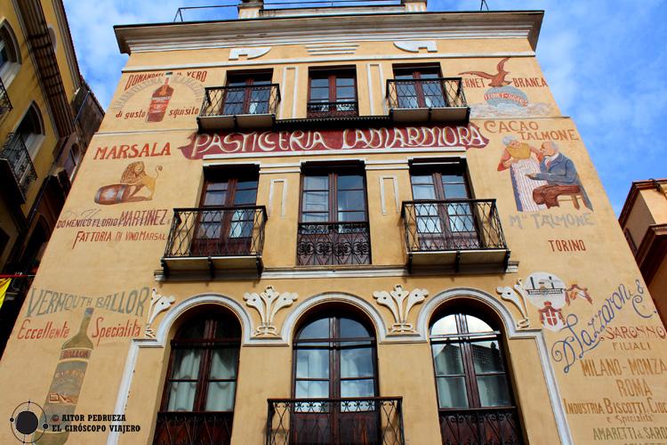 Fachada con publicidad histórica en el centro de Iglesias