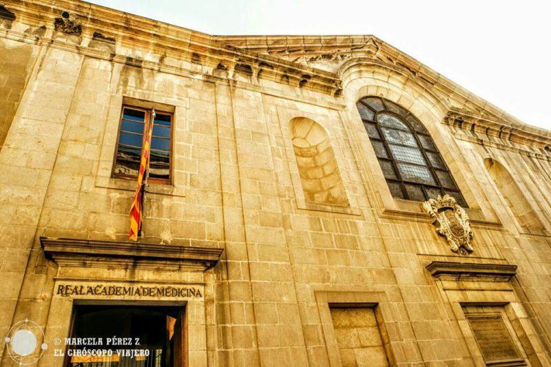 Entrada a la Real Academia de Medicina de Cataluña