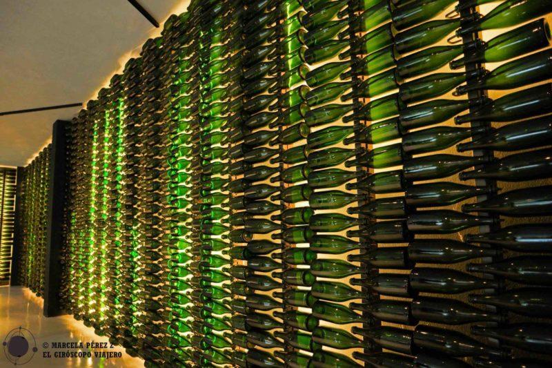 Un extenso muro de botellas nos conduce hasta la entrada de la Catedral de Vino de Bosca ©Marcela Pérez Z.