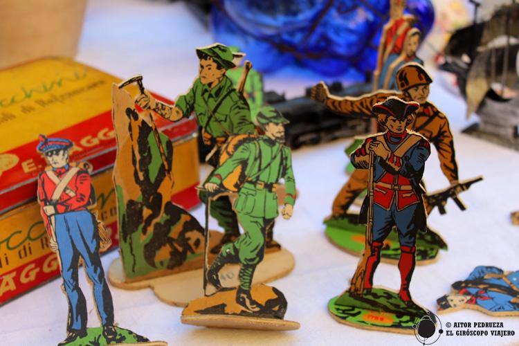 Objetos antiguos en el mercadillo más típico de Turín