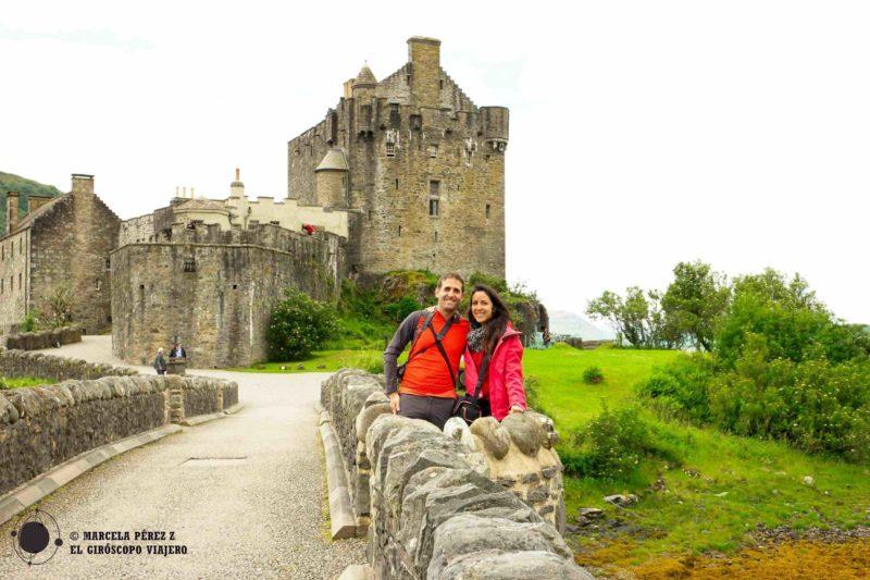 Los giróscopos viajeros Marcela y Aitor sonrientes en el castillo de Eilean