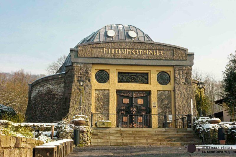 Encontraremos al Nibelungenhalle en el camino hacia el Castillo de Drachenburg