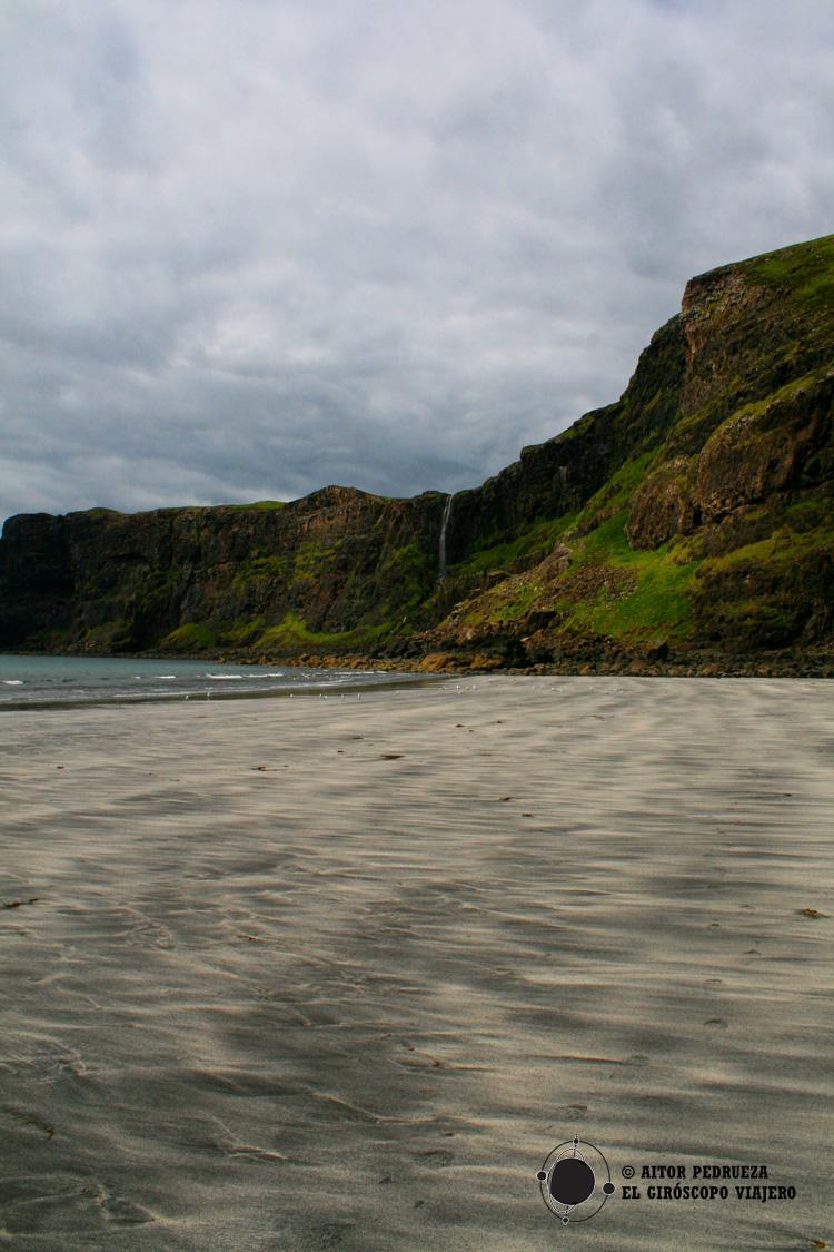 Bahía y playa de Talisker con la cascada al fondo