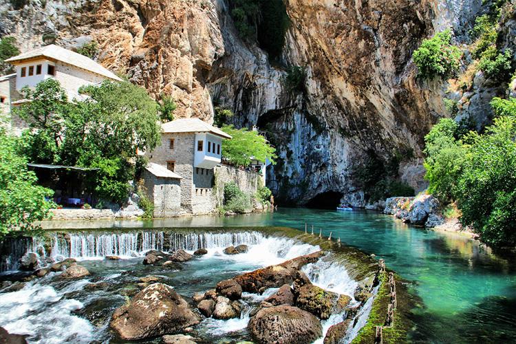 El monasterio de Blagaj bajo la cascada