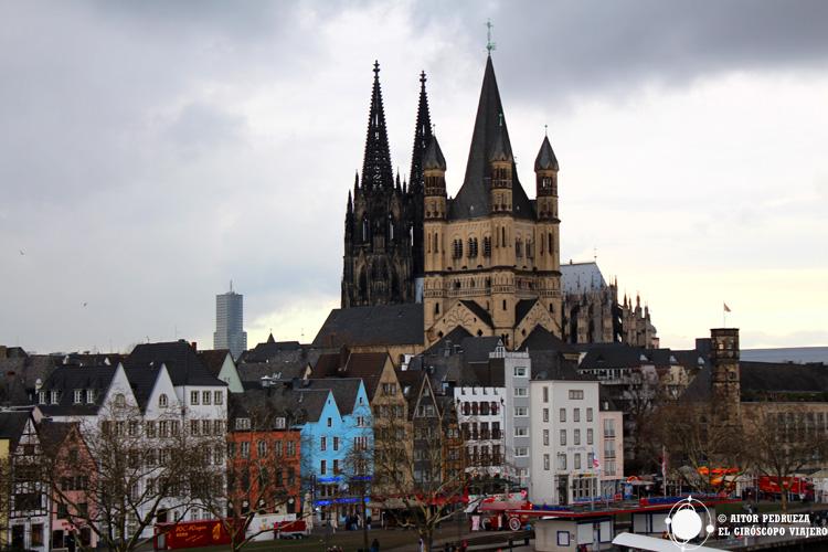 Iglesia de St Martin con la catedral de Colonia al fondo