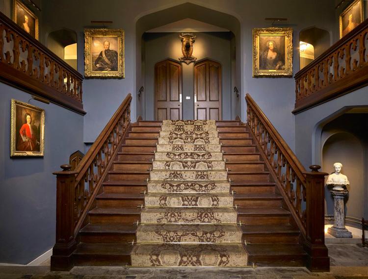 Escalera de entrada en el interior del castillo de Dunvegan