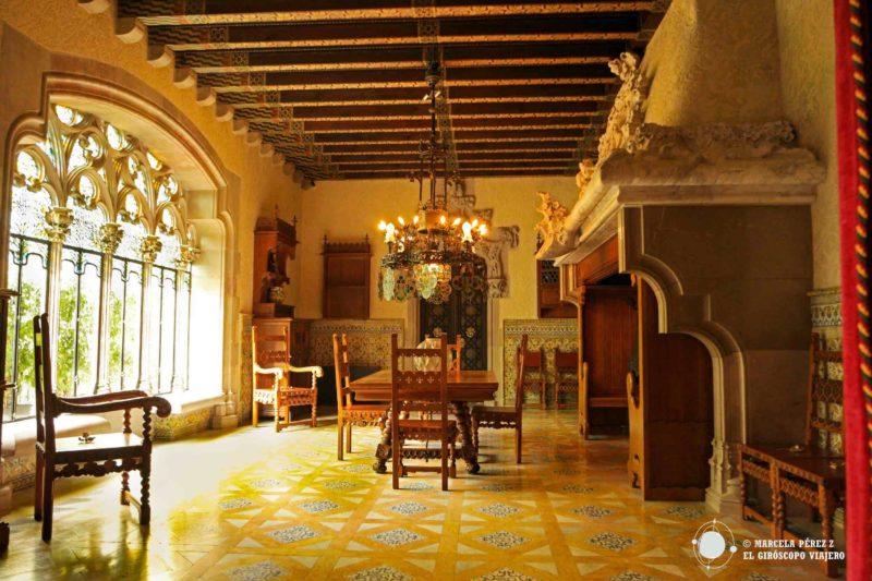 El comedor de Casa Amatller se distingue por la belleza de la luz que traspasa delicadamente los ventales confiriendo al ámbiente calidez y paz