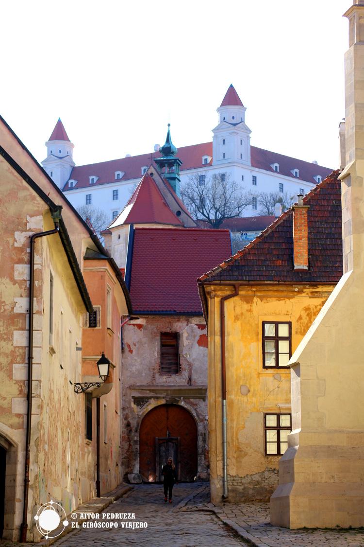 Casas del centro de Bratislava con el castillo