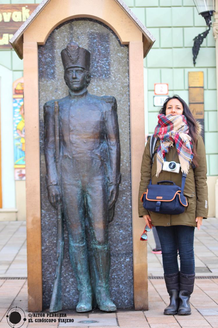 Estatua del soldado en la plaza del antiguo ayuntamiento