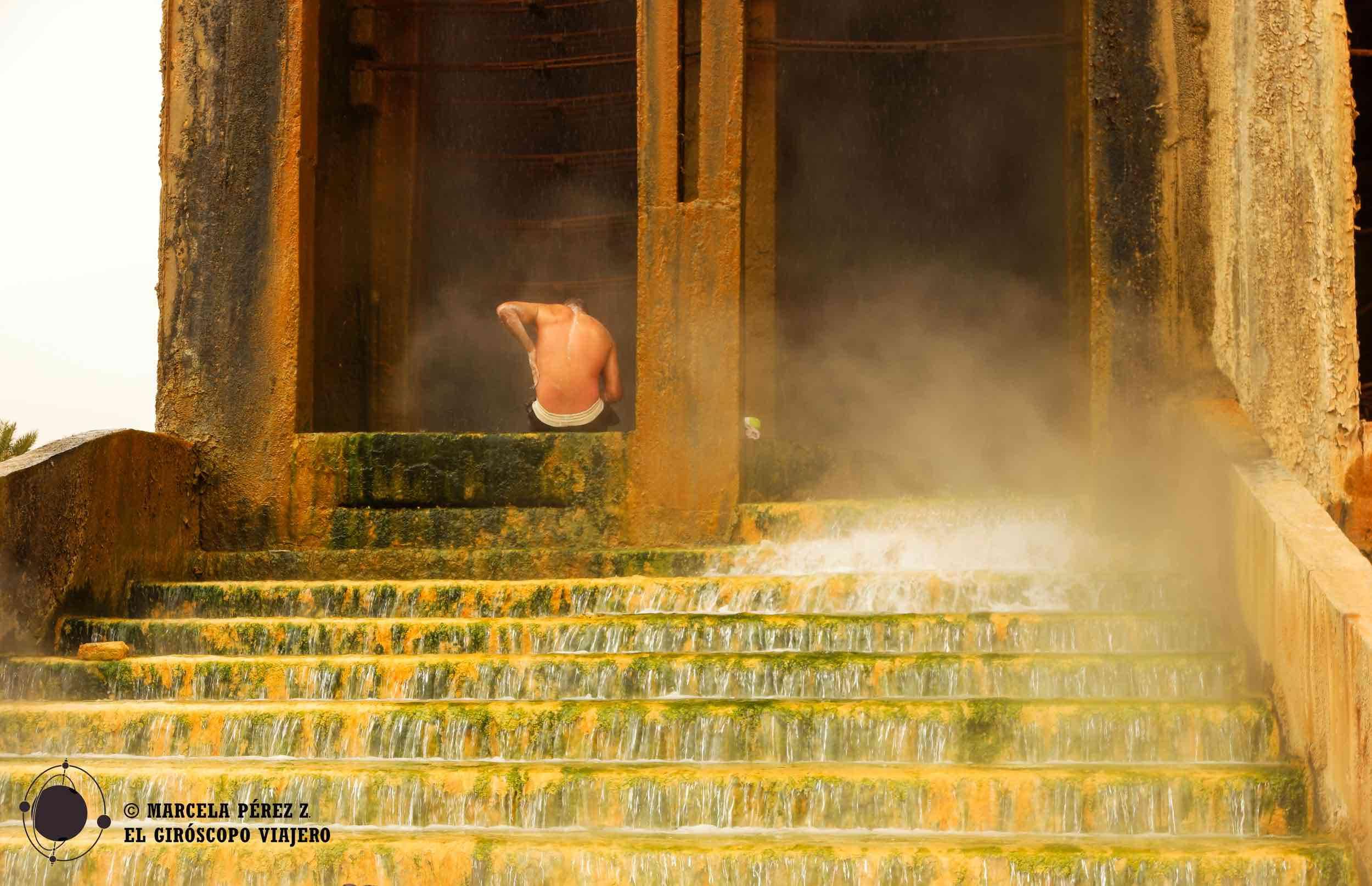 Los habitantes de Suk disfrutan de un baño reparador en las aguas termales ©Marcela Pérez Z.