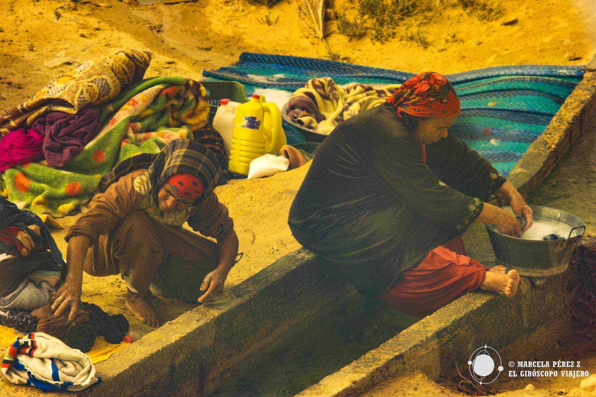 Las mujeres aprovechan el agua de los canalones para sus tareas cotidianas ©Marcela Pérez Z.