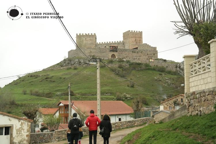 El castillo de Argüeso en lo alto de la colina