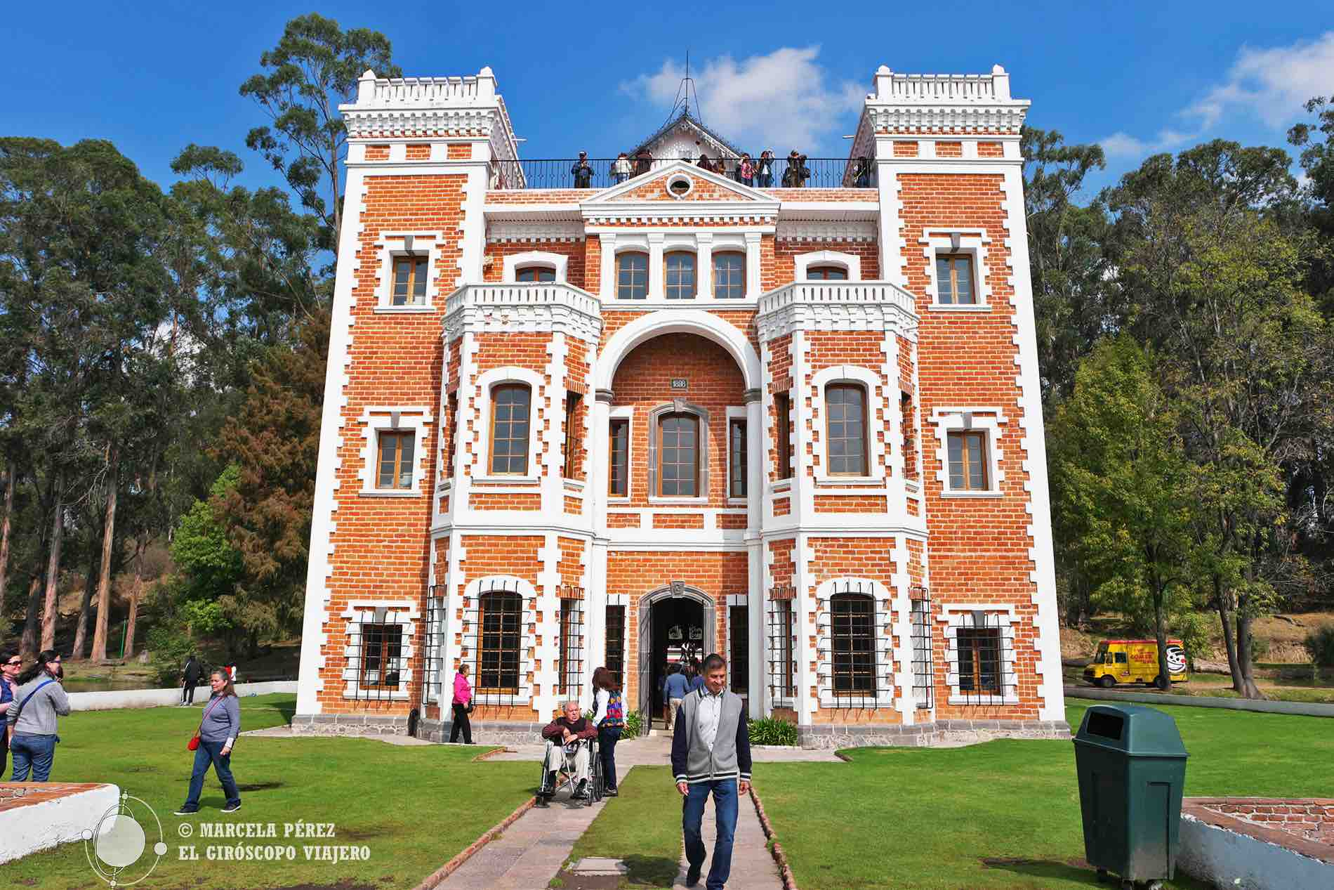 Somos más pequeños cuanto más cerca estamos al castillo con su precioso estilo inglés ©Marcela Pérez Z.