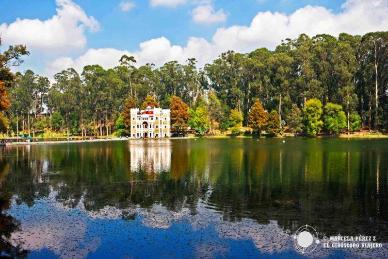 A lo lejos el castillo parece suspendido en las aguas y sostenido tan sólo por sí mismo, por su reflejo. ©Marcela Pérez Z.