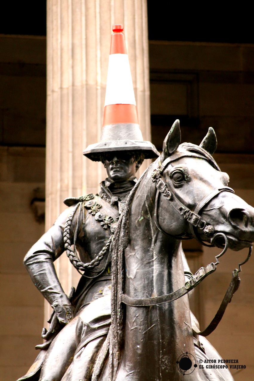 Estatua del Duque de Wellington con el cono en su cabeza