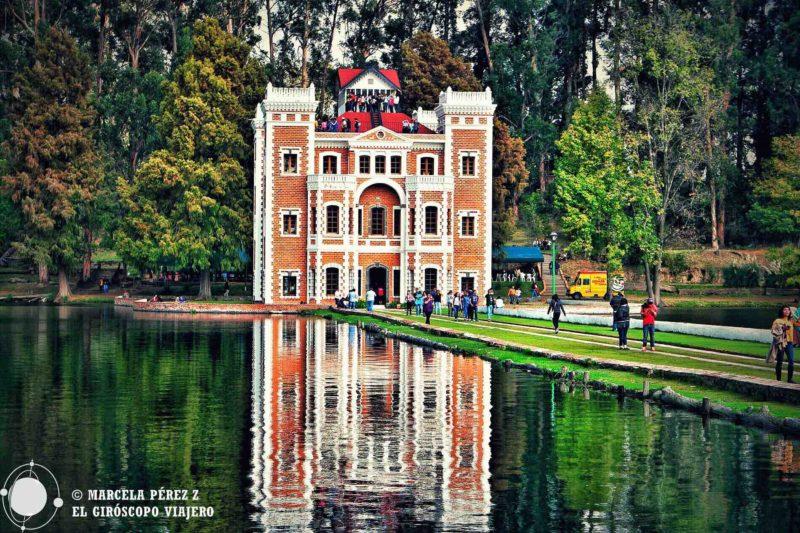 Un toque en el agua y se distorsiona la perfecta armonía de los mundos paralelos. Fachada del castillo inglés en la Ex Hacienda de Chautla ©Marcela Pérez Z.