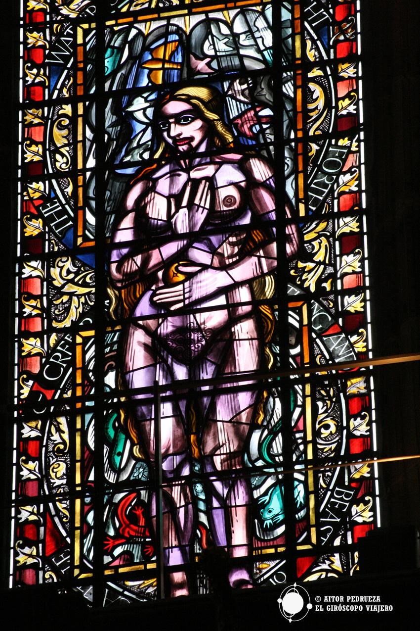 Vidriera en el interior de la Catedral de San Mungo