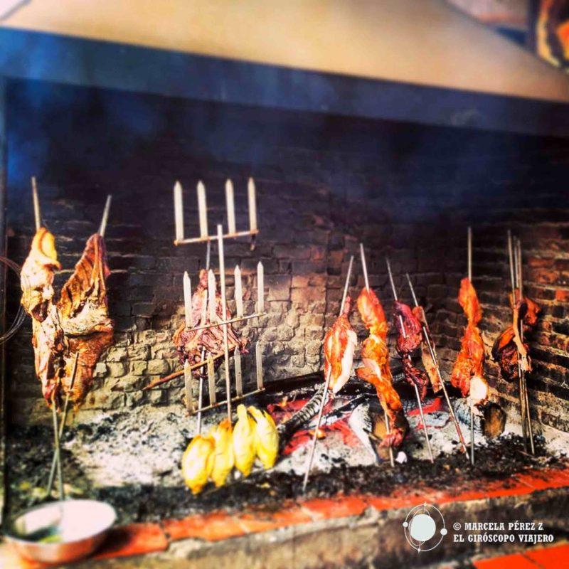 Carne de diferentes tipos cocinándose a fuego lento...¡Una delicia!