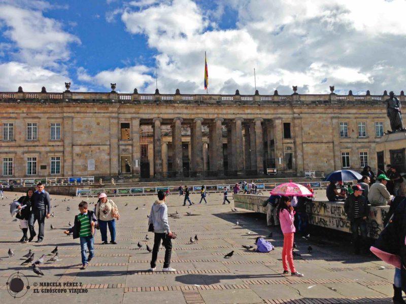 Ambiente en la Plaza Bolívar y en el fondo el Capitolio de Bogotá