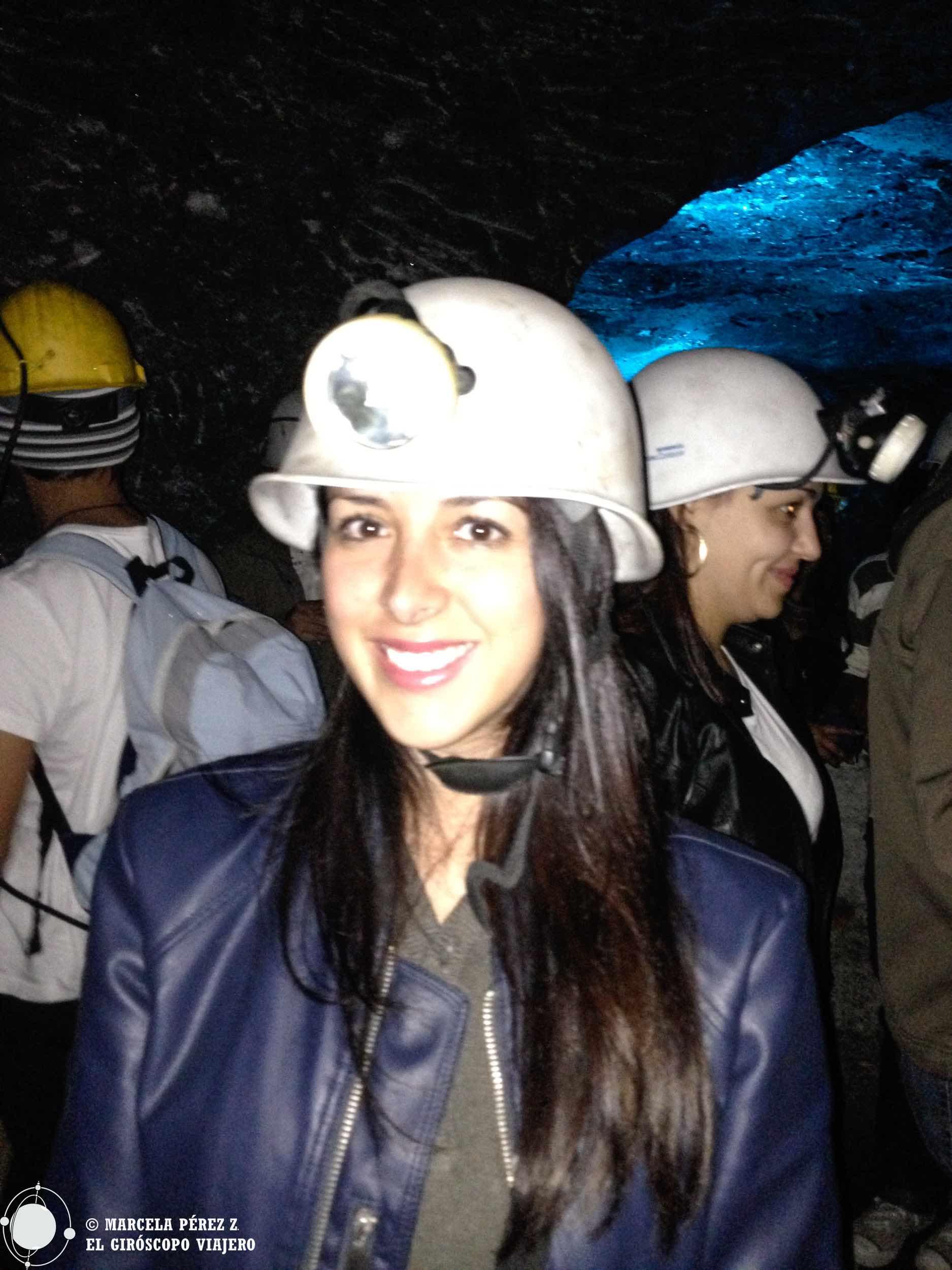 Bien pertrechados con casco y pipo/pala para trabajar en la mina de sal
