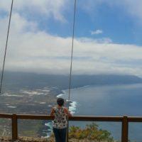 César Manrique contempla la isla de El Hierro desde el Mirador de la Peña
