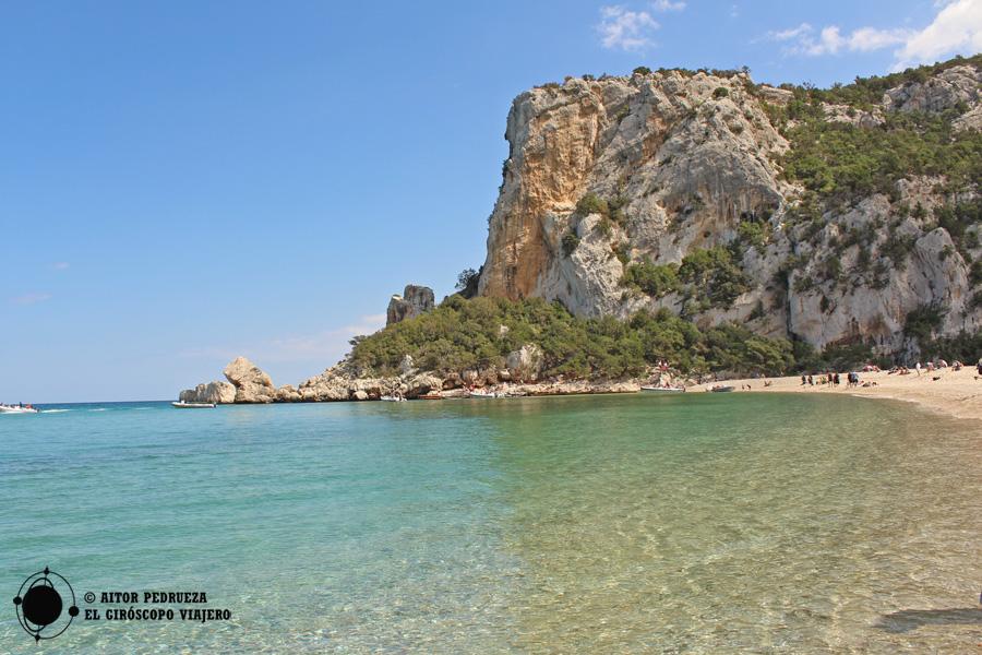 Aguas cristalinas en la playa de Cala Luna