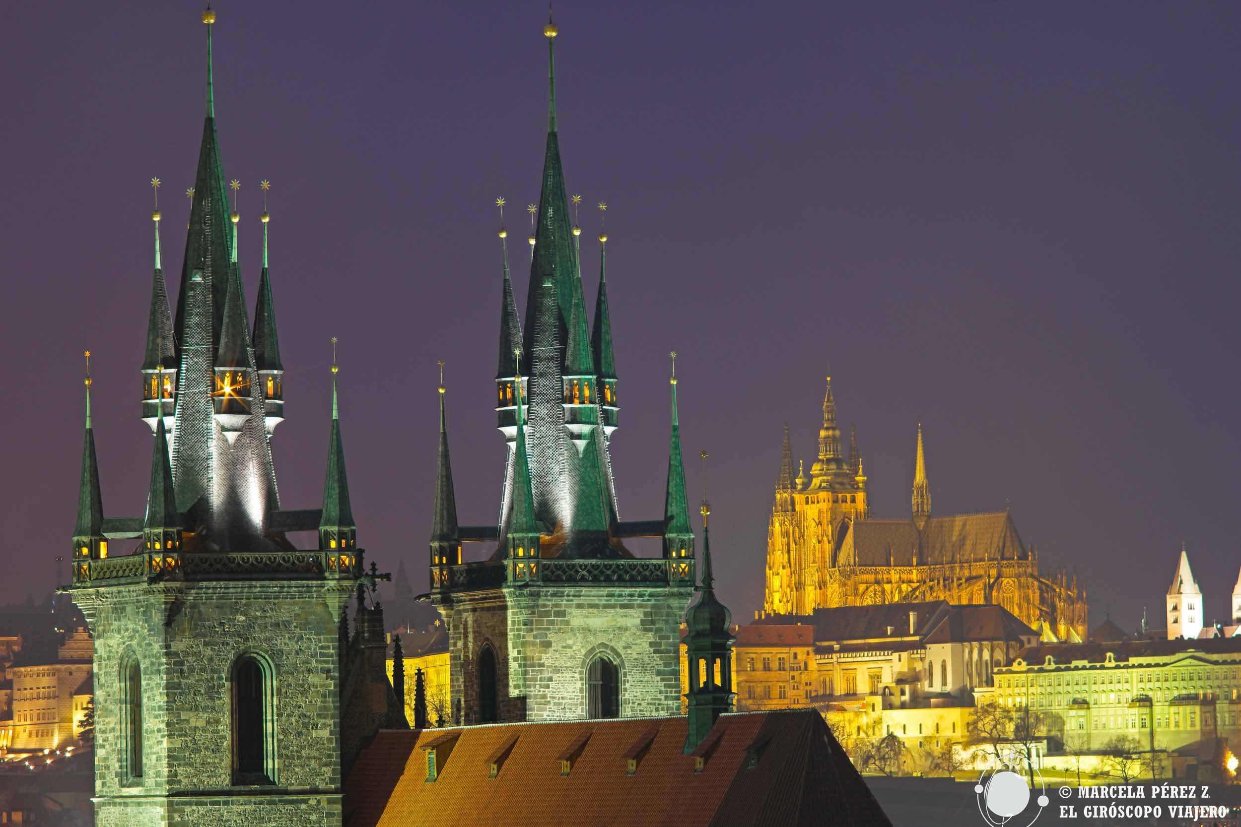 Torres de la Iglesia de Tyn en el cielo de Praga