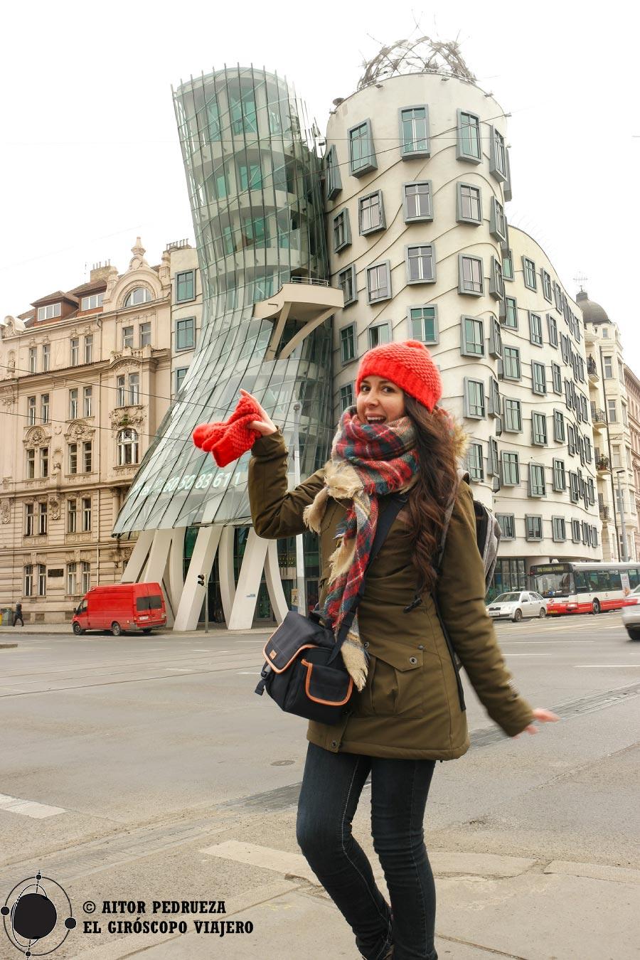 Bailando frente a la Casa Danzante de Praga