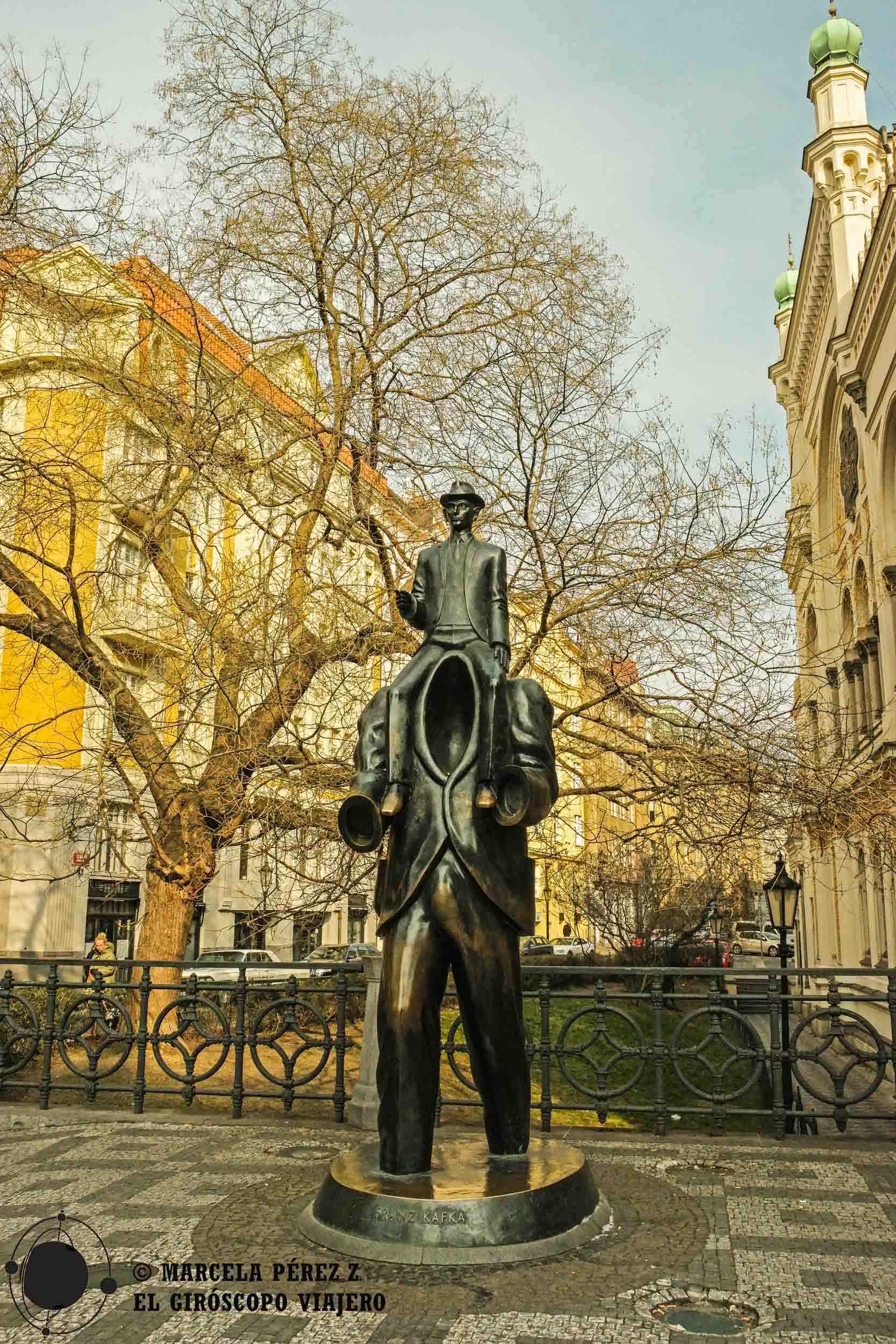Escultura de Kafka en el exterior de la Sinagoga Española