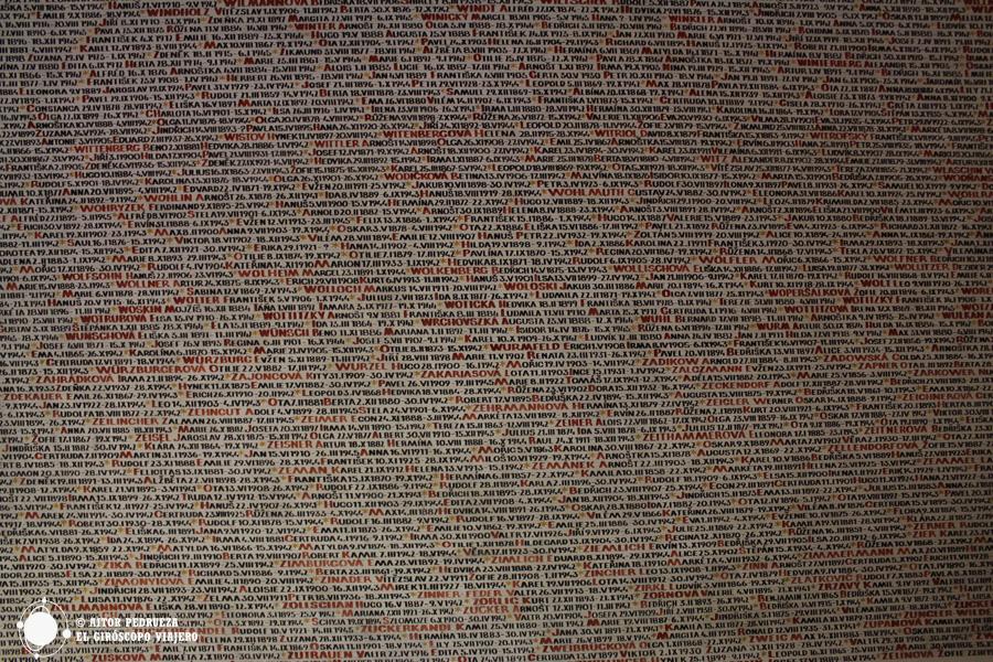 Nombres de víctimas de los campos de concentración nazi en el interior de la Sinagoga Pinkas