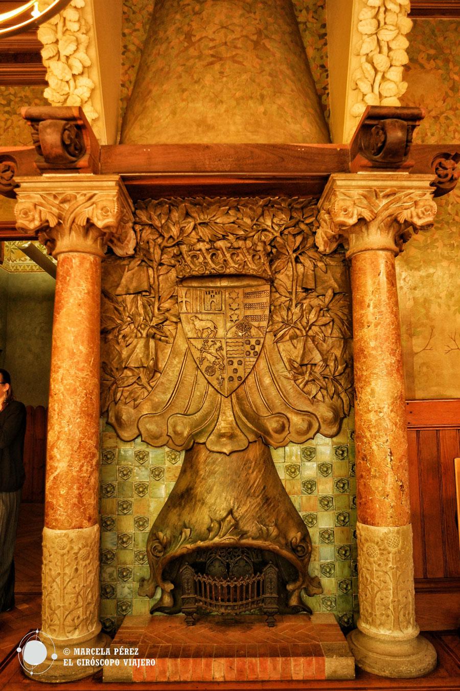 Elegante chimenea en el comedor del Palacio Barón de Quadras