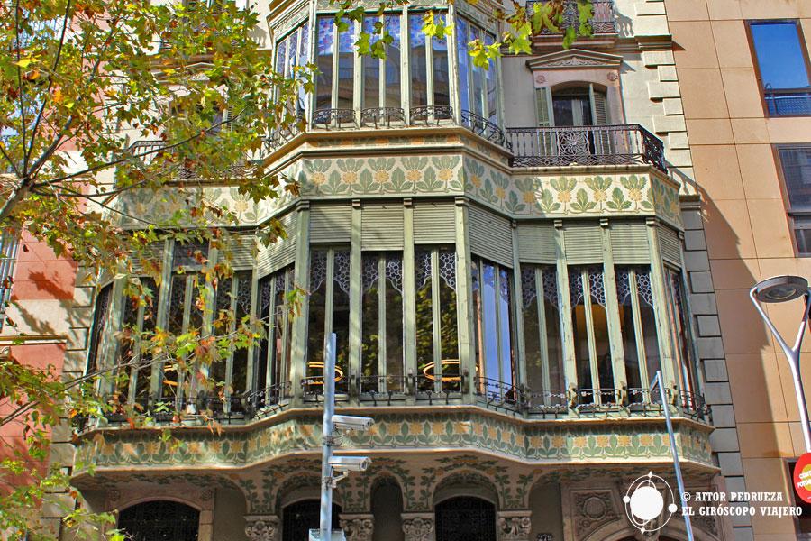 Fachada a la calle Roselló del Palacio Baró de Quadras