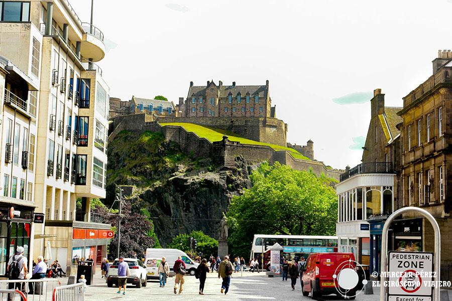 El castillo de Edimburgo sobre Castle Hill