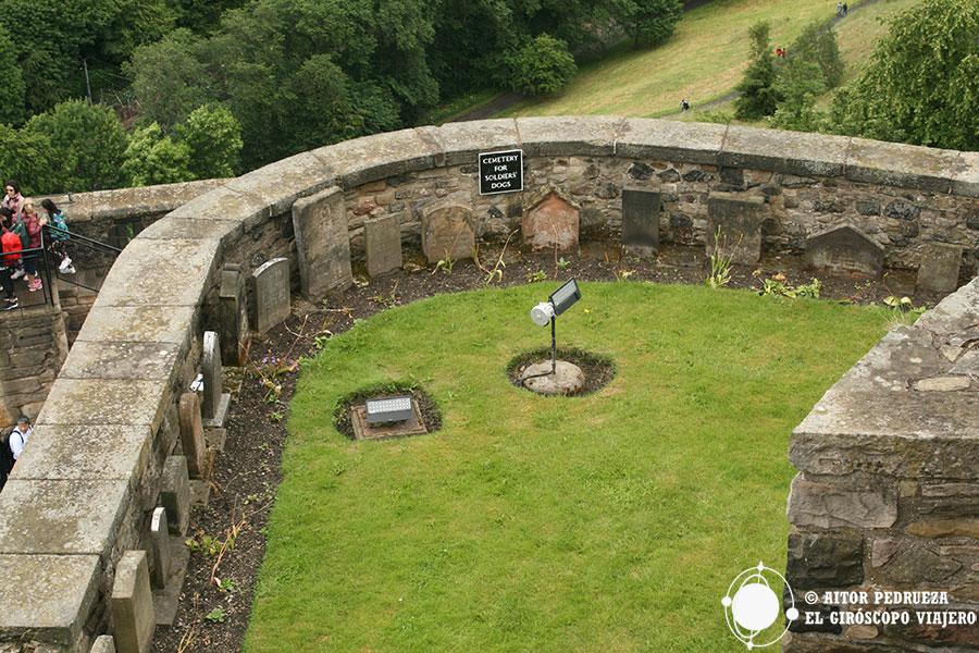 El pequeño cementerio de mascotas de los soldados en una de las terrazas del castillo